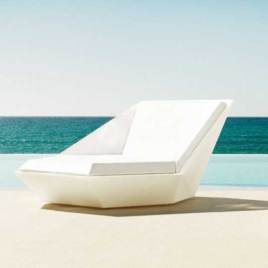 The Faz Daybed by Vondom is ideal for relaxing, sunbathing and enjoying the open air