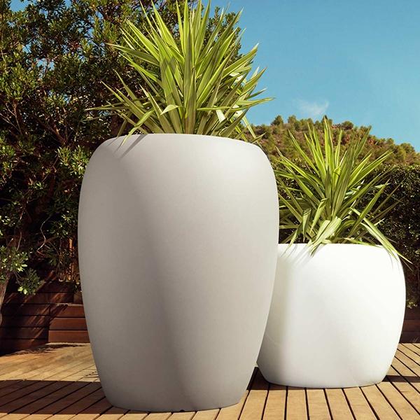 Blow pot 120 lacquered big outdoor polyethylene planter for Pot pour terrasse exterieur