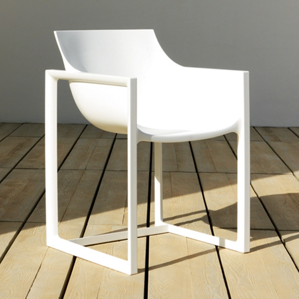 Wall street chair design outdoor restaurant armchair by vondom for Chaise blanche accoudoir