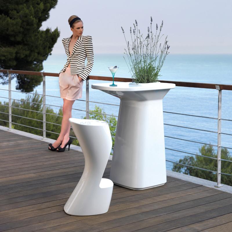 Gamme de meubles design Moma table mange debout et chaise de bar Vondom